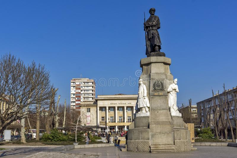 Monument van Gevallen in Oorlogen in het centrum van Stad van Haskovo, Bulgarije royalty-vrije stock afbeelding