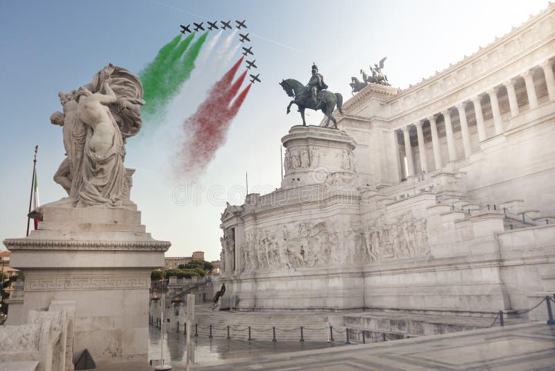 Monument van het vaderland, Frecce Tricolori (Tricolour Pijlen) Mooie oude vensters in Rome (Italië) stock foto's