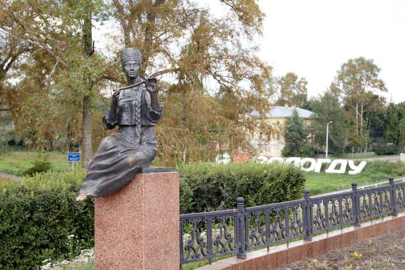 Monument van muse in het beeld van het Vologda-boermeisje met een pijp royalty-vrije stock fotografie