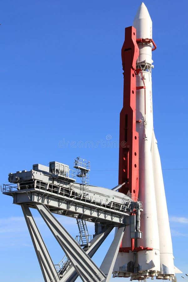 Monument van ruimteraket Vostok in Moskou bij de lancering van platform, Rusland royalty-vrije stock afbeeldingen