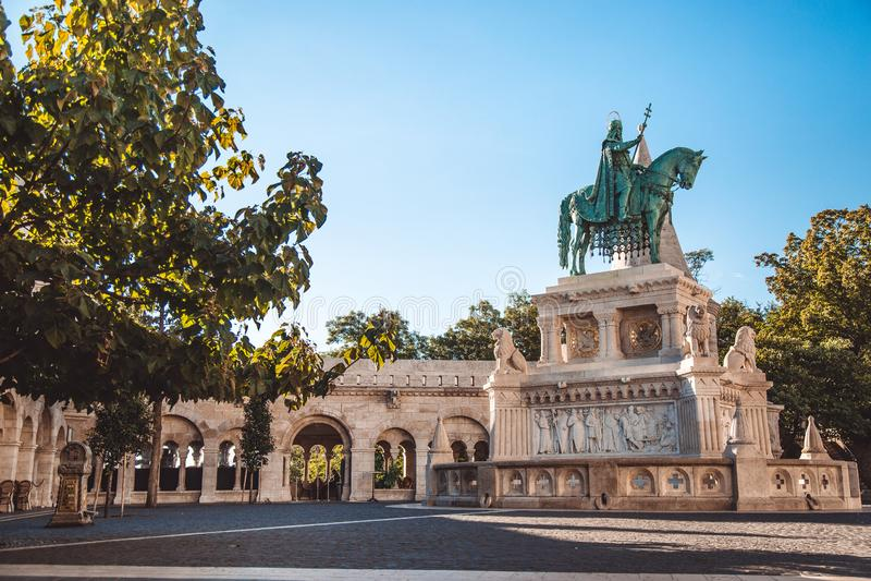 Monument vers St Stephen, premier roi de la Hongrie Situé sur la bastion du pêcheur à Budapest photos libres de droits
