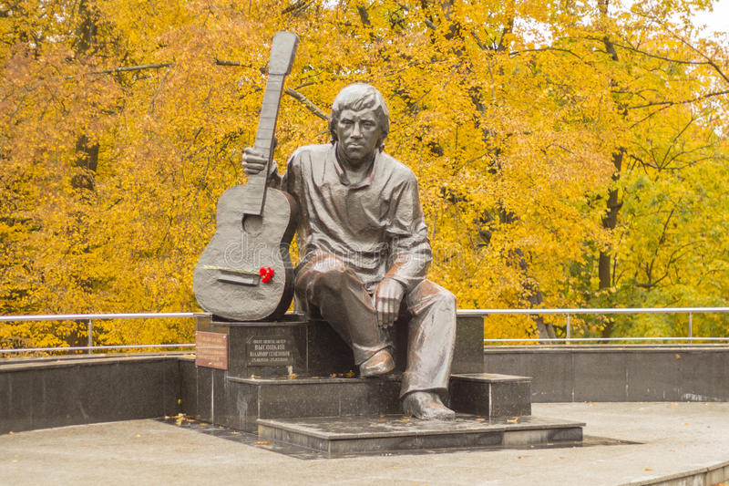 Monument Vladimir Vysotsky som sitter med en gitarr royaltyfria foton