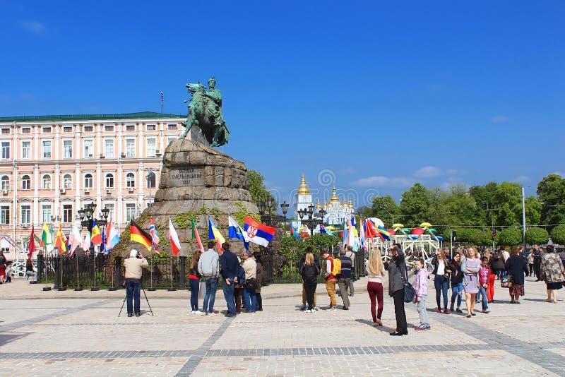Monument von Bohdan Khmelnitskiy in der Fanzone für internationalen Liedwettbewerb Eurovision-2017 auf Sofia-Quadrat in Kyiv lizenzfreie stockfotografie