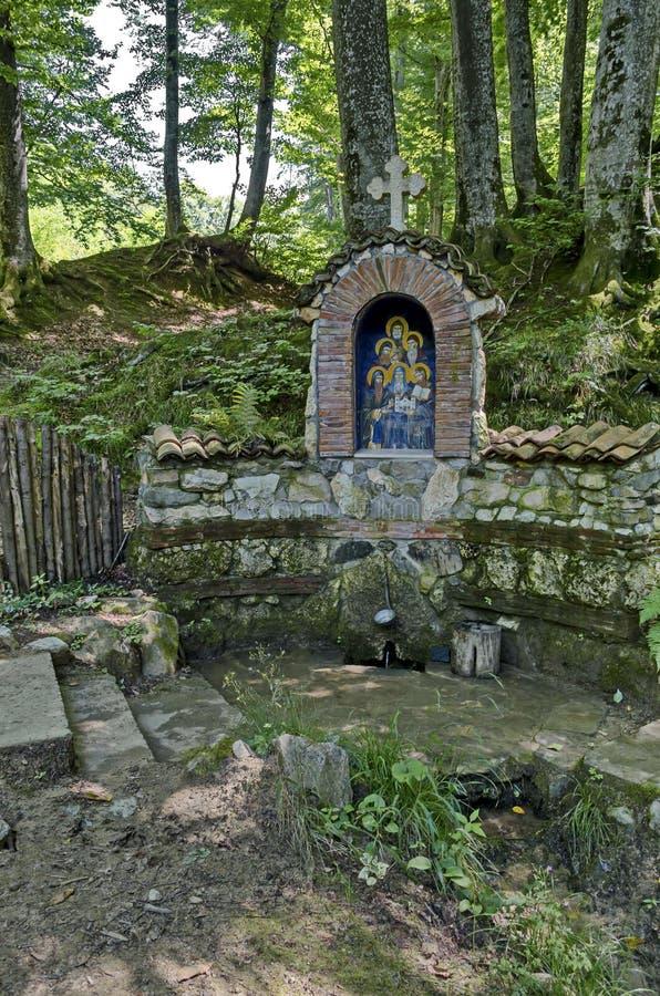 Monument von gebrannt sechs Mönchen in der Invasion und in den Platzfrühlingen Wasser, Klisura-Kloster heilend stockfotos