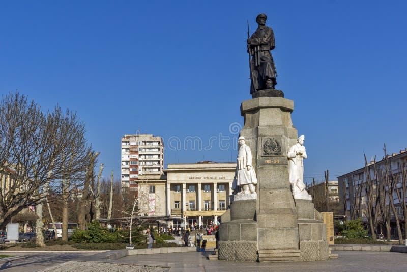 Monument von gefallen in Kriege in der Mitte der Stadt von Haskovo, Bulgarien lizenzfreies stockbild