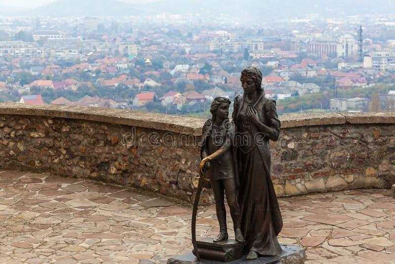 Monument von Ilona Zrinyi und ihr Sohn Ferenc Rakoczy in Mukachevo ziehen sich zurück stockbilder