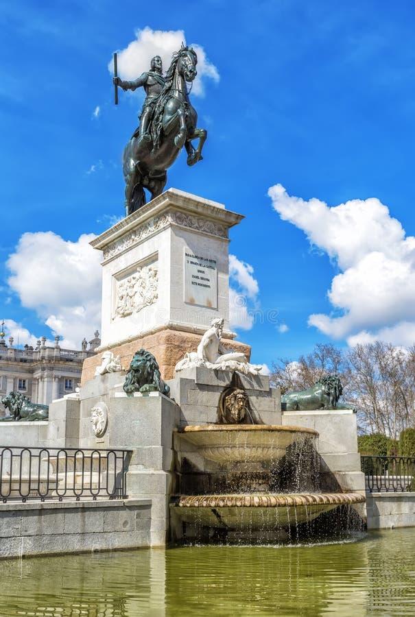 Monument von Philip IV in Plaza de Oriente in Madrid stockfoto