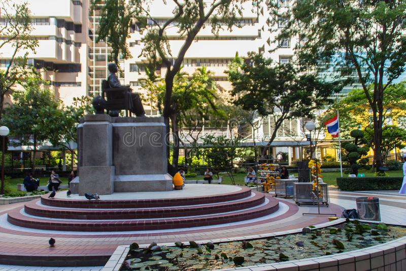 Monument von Statue Prinzen Mahidol Adulyadej Memorial an Siriraj-Krankenhaus in Bangkok, Thailand lizenzfreie stockbilder
