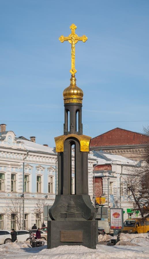 Monument zu allen zerstörten Tempeln der Stadt wird in Ulyanovsk eingestellt stockfotografie