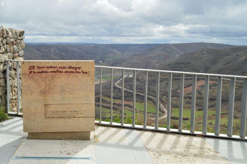 Monument zu Cantar Del Mio Cid Frieden und Ruhe, welche herum die herrlichen Aussichten der Wiesen im Dorf von Medinaceli genieße lizenzfreie stockbilder