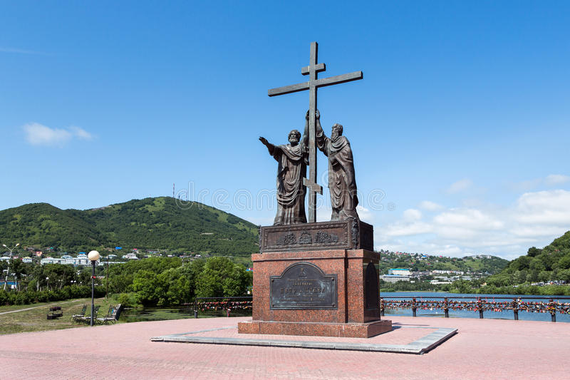 Monument zu den heiligen Aposteln Peter und Paul in Petropawlowsk--Kamchatskystadt lizenzfreies stockbild