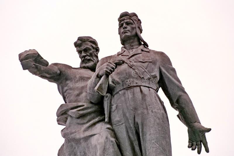 Monument zu den Soldaten des freiwilligen Behälterkorps Ural Skulptur der alten Arbeitskraft und des jungen Tankers, die Einheit  stockfotos