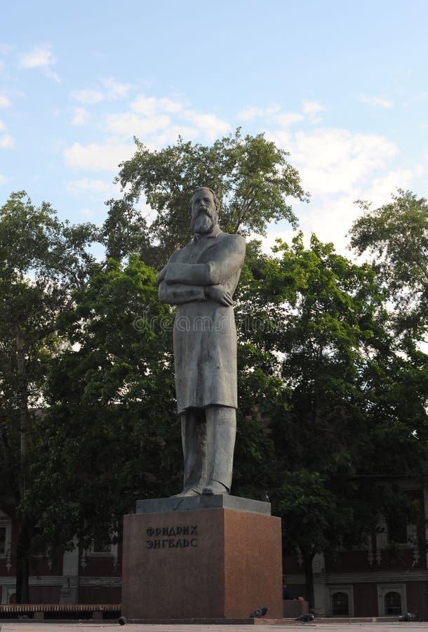 Monument zu Friedrich Engels in Moskau stockfotos