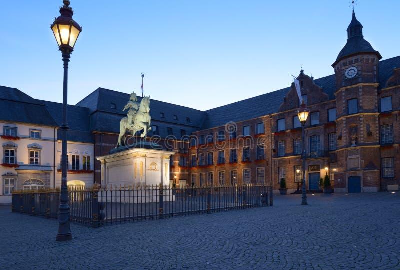 Monument zu Johann Wilhelm II und Rathaus von Dusseldorf lizenzfreie stockbilder