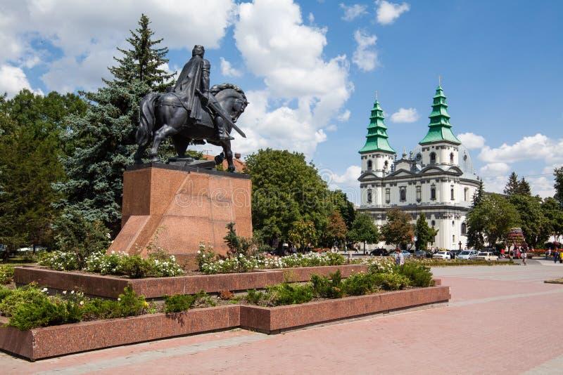 Monument zu König Danylo von Halych und von dominikanischer Kirche in Ternopil, West-Ukraine lizenzfreies stockbild