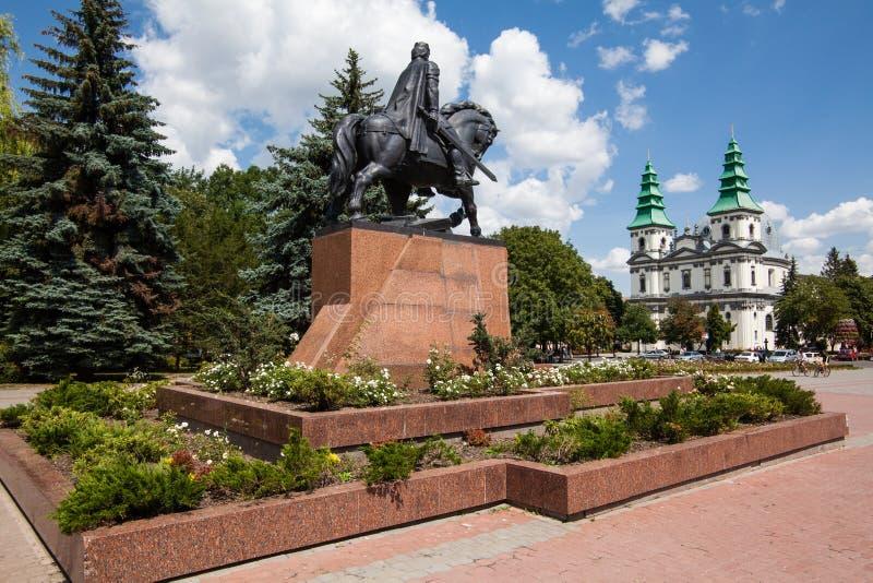 Monument zu König Danylo von Halych und von dominikanischer Kirche in Ternopil, West-Ukraine stockbilder