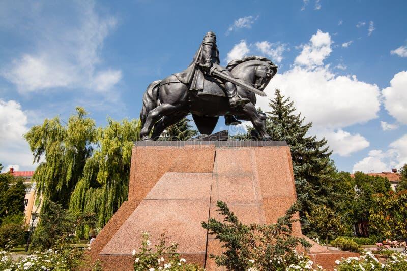 Monument zu König Danylo von Halych und von dominikanischer Kirche in Ternopil, West-Ukraine stockfotos