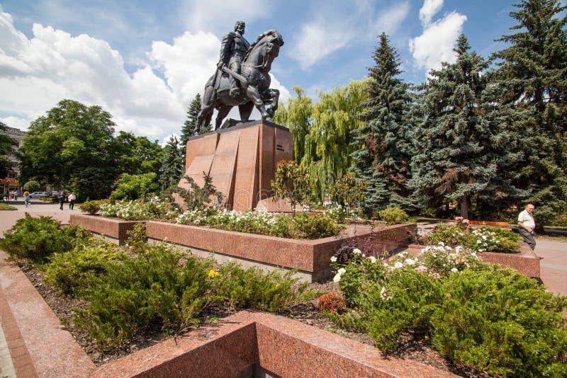Monument zu König Danylo von Halych und von dominikanischer Kirche in Ternopil, West-Ukraine lizenzfreie stockfotos