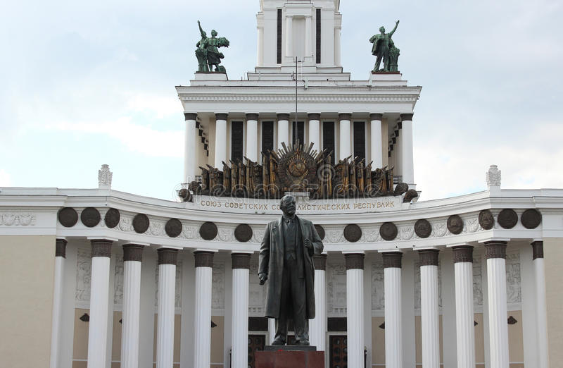 Monument zu Lenin und das zentrale Haus von Völkern von Russland auf dem VVC VDNKh stockbilder