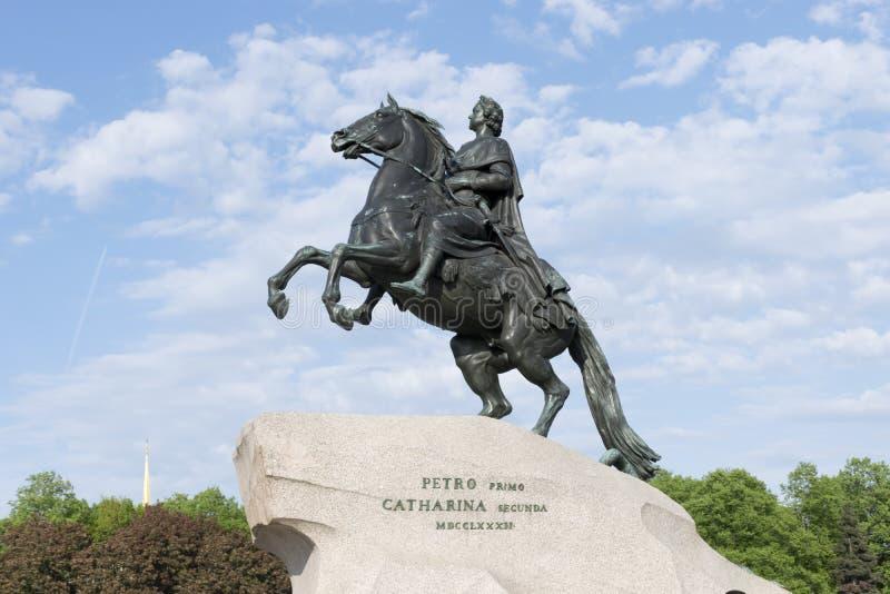 Monument zu Peter 1, der Bronzereiter im Hintergrund der Helm der Admiralität stockbilder