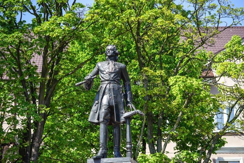 Monument zu Peter der Große gegen einen grünen Baum stockfoto
