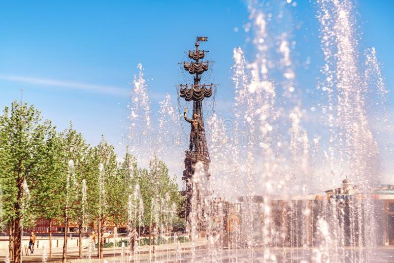 Monument zu Peter I im Brunnen-Spray stockfoto