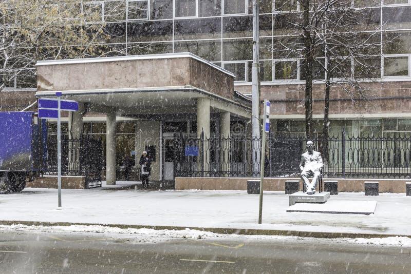 Monument zum Architekten Le Corbusier vor dem Haupteingang zum Bürogebäude, errichtet auf seinem Projekt stockfoto