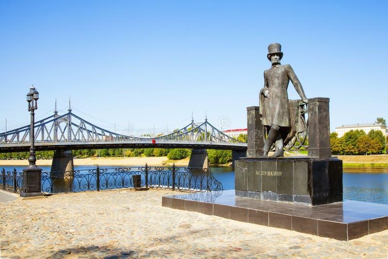 Monument zum großen russischen Dichter Alexander Pushkin auf dem Damm in Tver lizenzfreie stockfotos