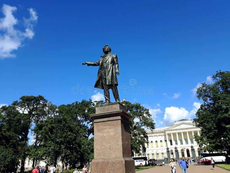Monument zum großen russischen Dichter Alexander Pushkin vor russischem Museum stockbilder
