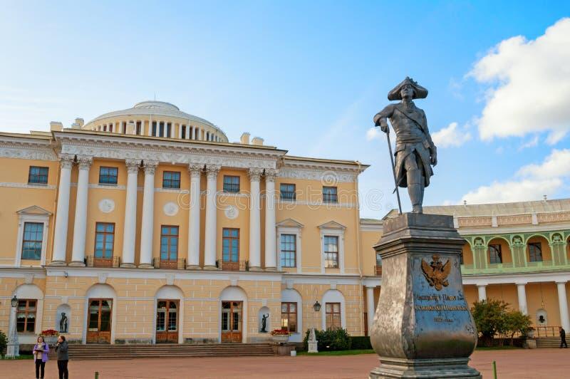 Monument zum Kaiser Paul I. vor Pavlovsk-Palast - Sommerpalast des Kaisers in Pavlovsk, St Petersburg Russland lizenzfreie stockbilder