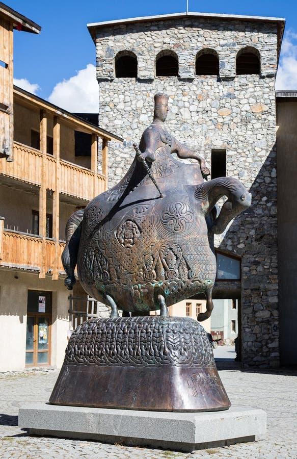 Monument zur Königin Tamara in der Mitte von Mestia, Georgia stockfotografie