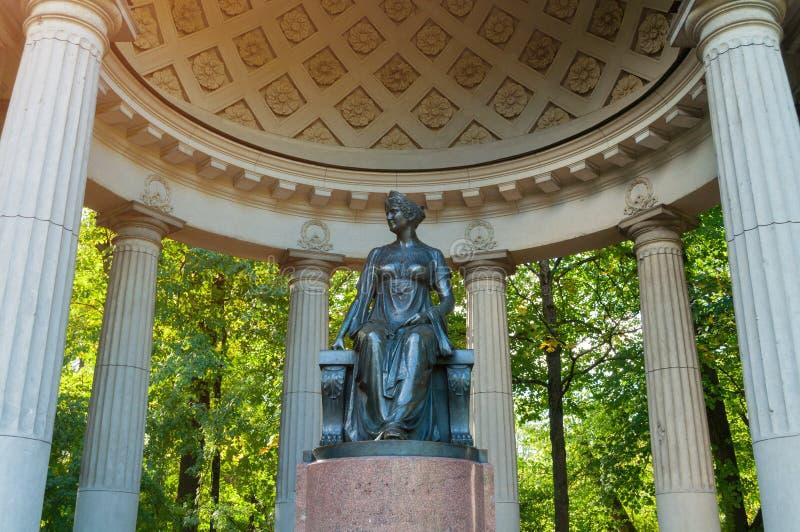 Monument zur Kaiserin Maria Fedorovna in Rossi-Pavillon in Pavlovsk, St- Petersburgregion, Russland stockbild