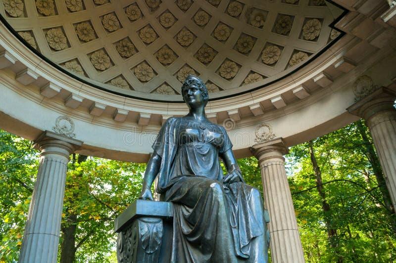Monument zur russischen Kaiserin Maria Fedorovna in Rossi-Pavillon in Pavlovsk nahe St Petersburg, Russland lizenzfreie stockfotografie