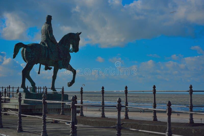 Monumentaal standbeeld van koning Leopold de tweede, oude koning van België op zijn paard stock afbeelding