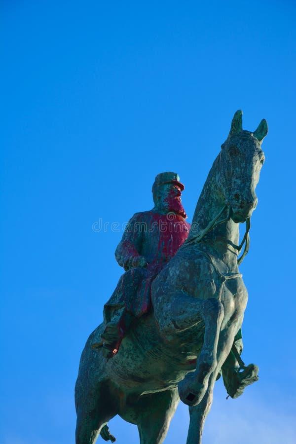 Monumentaal standbeeld van koning Leopold de tweede, oude koning van België op zijn paard stock afbeeldingen