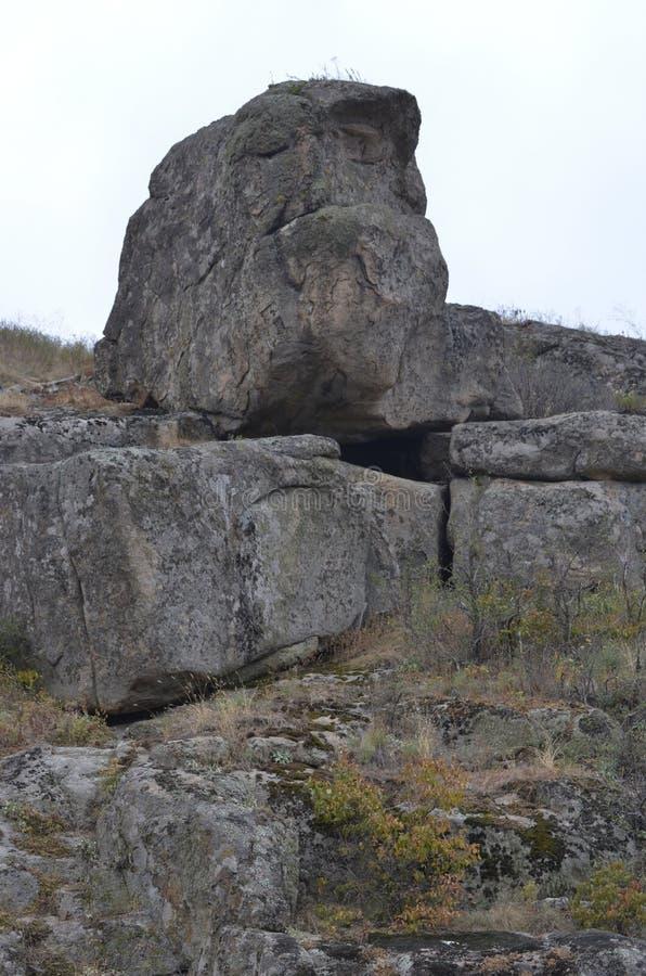 Monumental naturlig sammansättning av enorma stenar Moss p? stenar royaltyfri foto