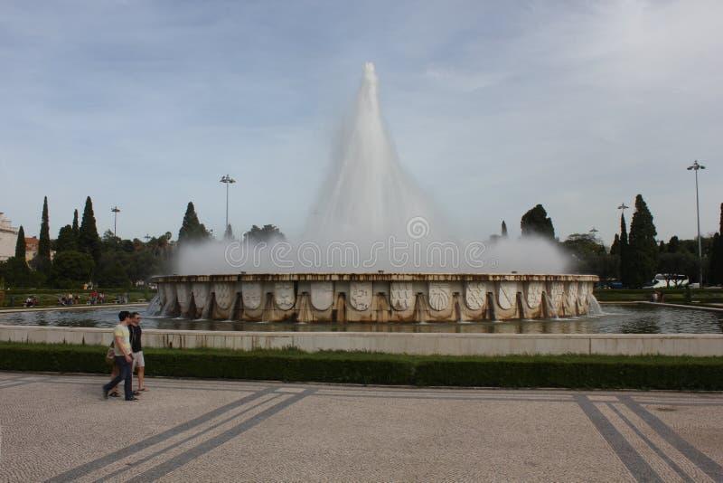 Monumental springbrunn i trädgården av den Jeronimos kloster arkivfoton