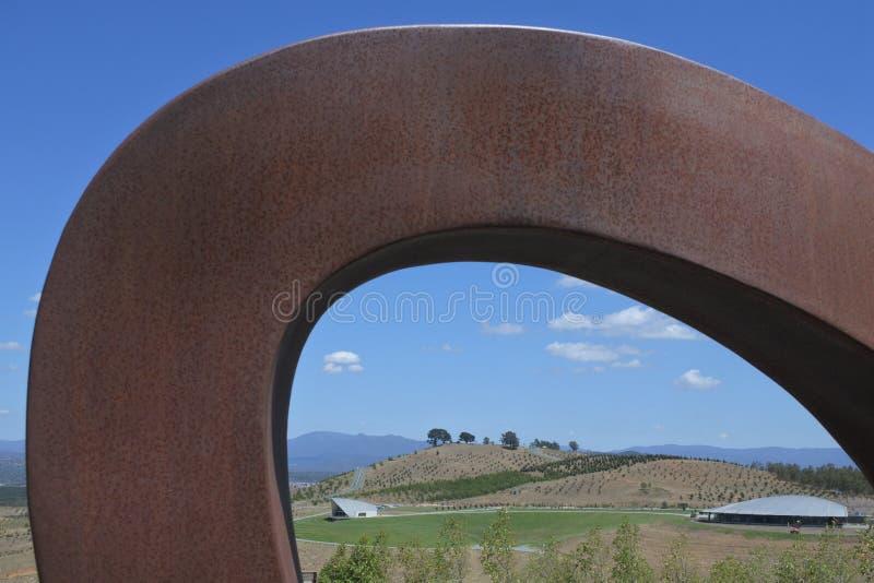 Monumentale allgemeine Kunst am nationalen Arboretum Canberra Australien lizenzfreie stockfotografie