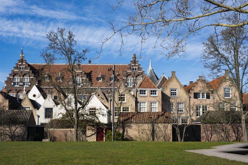 Monumentale gebouwen in straat Kloostertuinen, Dordrecht, Nederland royalty-vrije stock afbeelding