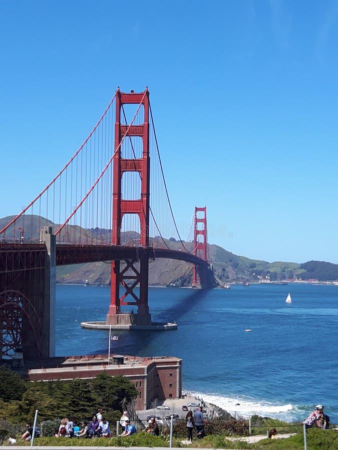 Monumentale GOLDEN GATE BRIDGE, das fest und in San Francisco, Kalifornien, die Vereinigten Staaten von Amerika!! hoch steht! stockfotos
