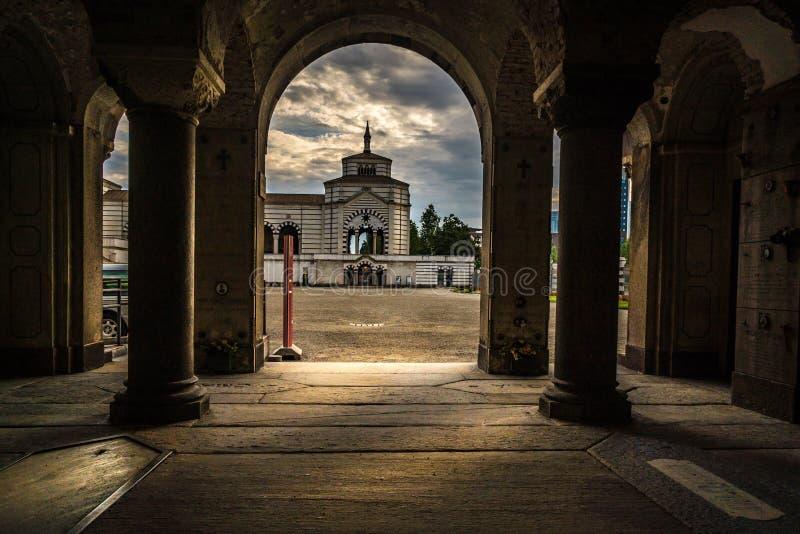 Monumentale Kirchhofinnenansicht Mailands zur Außenseite an einem bewölkten Tag stockfotos