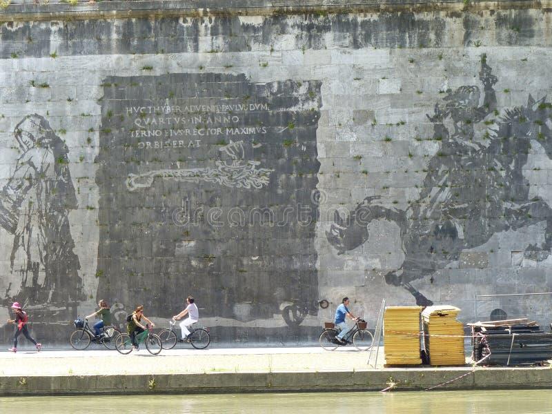 Monumentales Wandgemälde von William Kentridge lang das Tiber von Rom, Italien lizenzfreies stockfoto