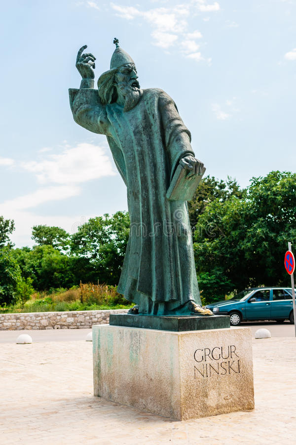 Monumentalna brązowa statua biskup Gregory w grodzkim Nin w Chorwacja zdjęcia stock