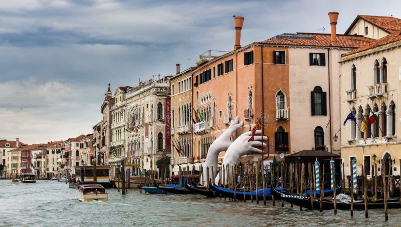 Monumentalne ręki wzrastają od wody w Wenecja podkreślać zmianę klimatu zdjęcie stock
