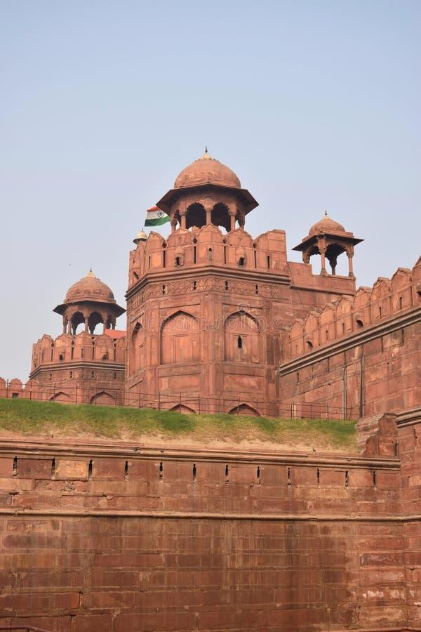 Monumentalt rött forttorn i staden av Delhi royaltyfria foton