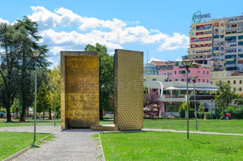 """Monumentanteckning av självständighet Memoriali I Pavarsisà """", Tirana, Albanien royaltyfri foto"""