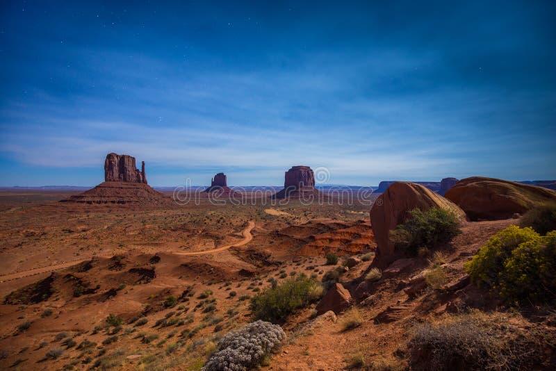 Monumentdal i månsken på en stjärnklar natt, Arizona, USA royaltyfria bilder