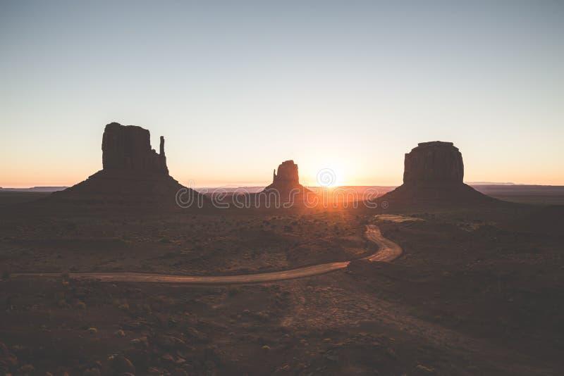 Monumentdal på soluppgång, Arizona, USA arkivbilder