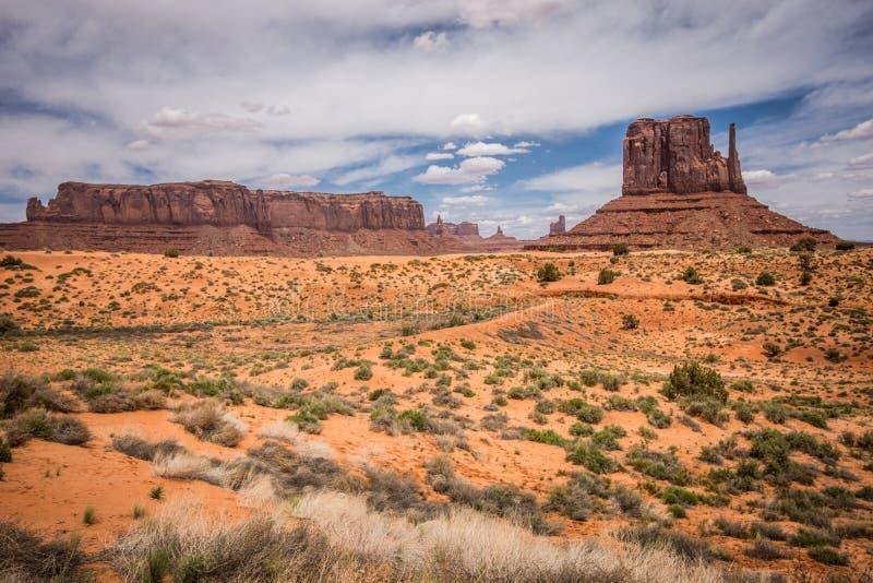 Monumentdalen lokaliseras i både Arizona och Utah, och röda särdrag vaggar bildande arkivbild