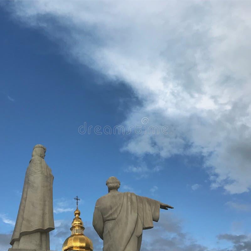 Monumenten aan de Stichters en de Gouden Koepels van Kyiv stock fotografie